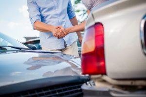 podanie rúk pri dopravnej nehode