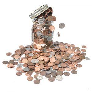 Z nádoby sa sypú peniaze